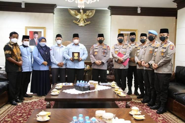 Dinilai Berhasil Berantas Narkoba, Kapolda Riau Menerima Penghargaan Dari Managemen Media Online