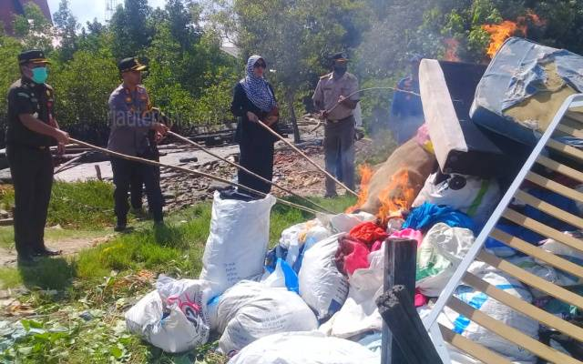Ratusan Karung Pakaian dan Barang Bekas Selundupan Dimusnahkan