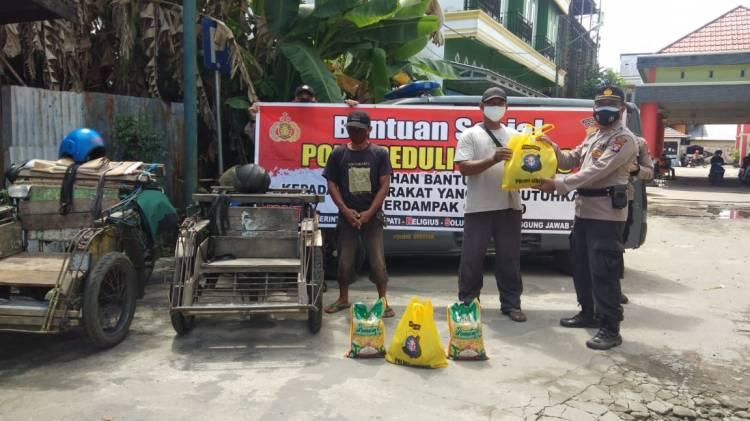 Jelang Idul Adha Satbinmas Polres Seruyan Berbagi Sembako Kepada Lansia dan Pekerja Becak Motor