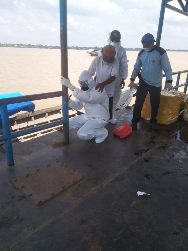 Evakuasi Pasien Suspec Covid-19 di Riau, Digendong dan Menyebrangi Sungai
