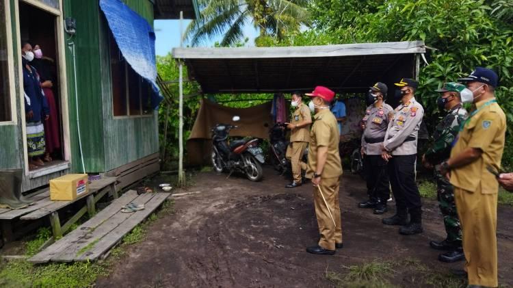 Bupati Seruyan Bersama Kapolres Serahkan Bantuan Kepada Warga Isolasi Mandiri