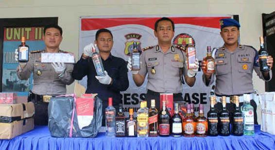 Ribuan Botol Miras Senilai Rp2 Miliar Disita Polres Pelalawan