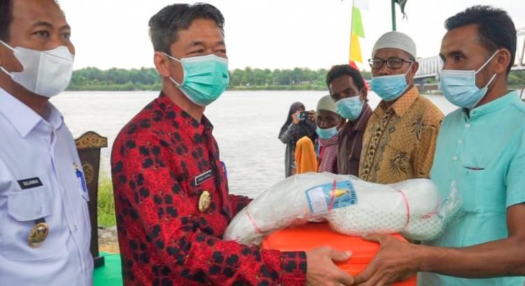 Tingkatkan Ekonomi Nelayan, Bupati Rohil Bagikan 10 Perahu Mesin Kepada Nelayan di Jumrah