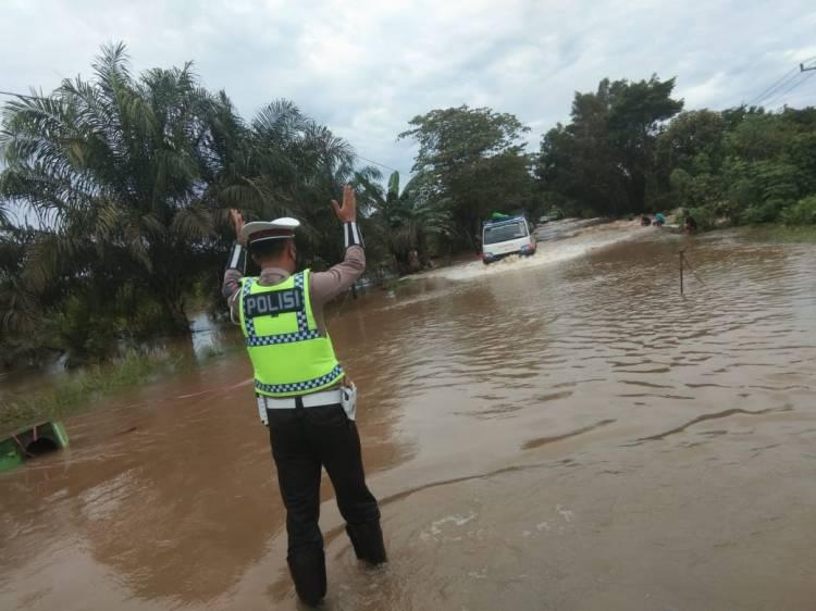 Sat Lantas Polres Seruyan Atur Lalin di Jalan Terendam Banjir