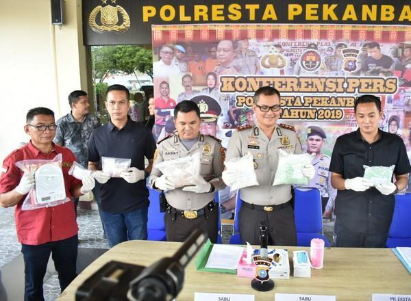Polresta Pekanbaru Ringkus Mahasiswa Kurir 1 Kg Sabu dan 12 Ribu Ekstasi